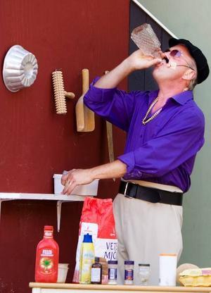 Stoffe rycker in som bagare men är mest intresserad av flaskan han hittar på en hylla. Flaskan töms och kroppsspråket blir allt yvigare ...Foto: Håkan Luthman