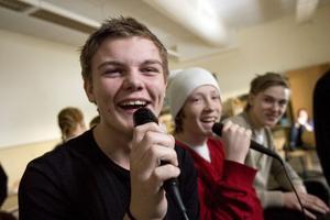 Här sjungs det kärlekssånger för fulla muggar. Kristian Fantenberg och Emil Flodin, båda 9 A, bjuder på skönsång.
