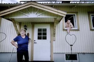 Hillka och Håkan Löfqvist flyttade till Mossgruvan i början på 1970-talet . Mäklaren som nyligen var och tittade på huset värderade det till 400 000 kronor – men paret tror inte att de kan få det sålt.