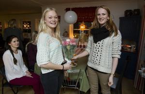 Förra årets lucia, Beatrice Hallberg, Hudiksvall, överlämnade blommor till årets lucia, Emma Bergman, 17 år, Maln i Hudiksvall.