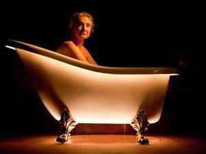 Imponerande. Folkteaterns Vanja Blomkvist regerar i ensamt majestät en naken och hudnära föreställning.