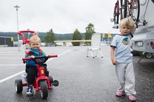 Vännerna Phenix och Linus leker på parkeringen i väntan på Ikeafrukost följt av himlabadet. Linus ser frameomt att plaska på pappa.