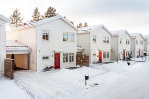 Välplanerat och eftertraktat BR-radhus i toppskick med attraktivt läge. Byggår 2016/17. Vidbyggd carport. Foto: Kristofer Skog, Husfoto.