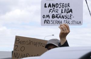 Ett femtiotal deltagare samlades vid Eurostop i Örebro med handskrivna skyltar i luften.
