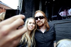 Före konserten klev Lars Winnerbäck i egen hög person ut och skrev autografer och träffade sina fans. Caroline Lindblom fick en kram av idolen.