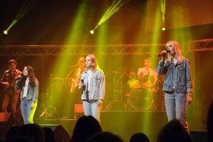 Isa Nejman, Emma Broman och Jennifer Ottestig tolkade den australisk-nyzeeländska rockgruppen Crowded House med låten