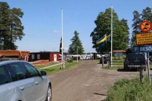 Flaggorna vajade på halv stång på campingen vid Husabergs udde på lördagen då två personer omkom i en husvagnsbrand. Arkivfoto: Jan Wijk