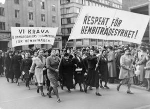 Kamp för reglerade arbetstid. Många av arbetarklassens kvinnor arbetade som hembiträden. Denna yrkesgrupp kom inte att omfattas av lagen om 8-timmars arbetsdag. 1938 var snittarbetstiden över 80 timmar i veckan. Först 1971 infördes reglerad arbetstid för hembiträden i Sverige. Foto: Arbetarrörelsens arkiv och bibliotek