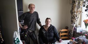 """Kommunen pressar Håkan Stolt och Jennie Alm att söka bidrag som ett par. Men de är bara vänner. """"Visst skulle vi kunna ge oss och söka tillsammans, men det vore att lura systemet och det är det vi försöker undvika"""" säger Håkan Stolt."""