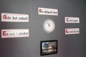 De fem deviserna från AA, Anonyma Alkoholister, pryder ena väggen i grupprummet på Tornet.