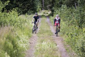 Arbetsbröderna Viktor Johansson och Lars-Ove Norden cyklar två till tre gånger i veckan till arbetet i Kapellskär.