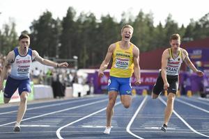 Henrik Larsson var säker på segern i detta ögonblick – trots att engelsmannen bredvid honom bara var en hundradel bakom. Bild: Erik Simander/TT