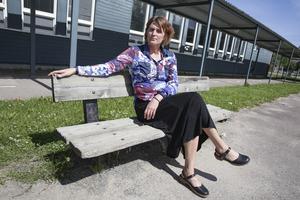 Förskolechefen Jaana Nilsson berättar att matsalen är den byggnad som varit mest utsatt för glaskrossning.