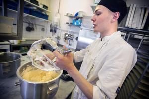 Sex kilo sockerkakssmet räcker för att fylla fyra så kallade kapslar, det vill säga stora bakplåtar.