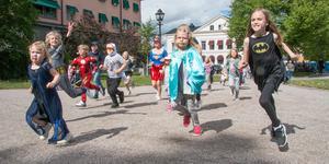 Superhjälteracet på torra land var ett nytt inslag i festen. På initiativ av en av de lokala krogarna uppmanades superhjältar och andra barn att springa en slinga runt Stora torget.