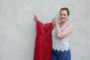 – Studenten behöver inte bli så dyr, säger Sussi Bajrami Fälth från Skövde som lånar ut sin balklänning helt gratis.