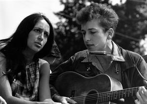 Bob Dylan tillsammans med Joan Baez 1963. Foto: Rowland Scherman