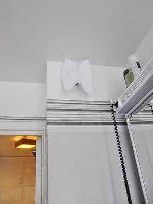 Mats Larsson har täckt för ventilerna i badrummet och i köket med A4 papper eftersom det brusar för mycket annars. Kalluften som sipprar in från lägenhetens alla fönster försvinner annars som varmluft ut genom ventilerna.