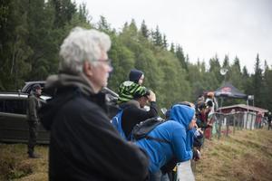 Ung som äldre följde spänt tävlingarna.