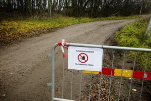 Området vid Stora Enso är avspärrat under oljesaneringen.