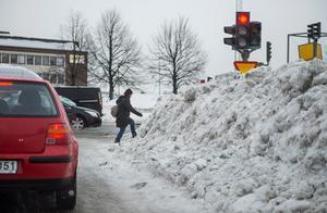 Halva körfält är borta, vägskyltarna nästan övertäckta och gångare får jobba hårt innan de kommer över drivorna av snö.