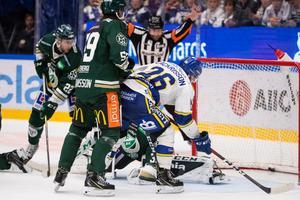 Patrik Zackrisson gör mål men Mikael Sjöqvist dömer bort det.