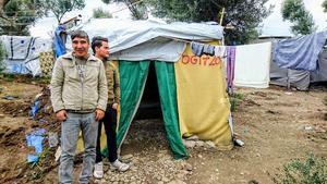 Foto:  Yvonne Perkins.                                                                                                                                              Hassan Resa Ibrahimi och Muhammad Haydary utanför bostaden som Hassan byggt själv med material han köpt av en annan flykting.
