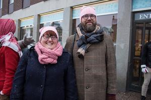 Emma Sköns och Henrik Hansson, Hosjö, är redo att demonstrera för kvinnors rättigheter.
