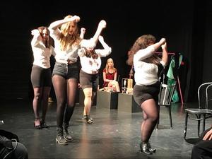 I Anahit Gevorkians och Felicia Östmans  välgjorda koreografi bjuder Studio Westmannias skådespelerskor på burlesk dans i den kvinnliga frigörelsens tecken. Foto: Josefin Eriksson.
