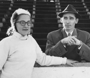 Christina Scherling tillsammans med Kvarnsveden GoIF:s skridskosektions ordförande Leif Hall. Christina, som numera heter Scherling-Lindblom, blev Dalarnas första kvinnliga olympier i Squaw Valley 1960. Foto: Privat