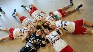 Gemenskap och glädje när Telge Hammers Svart vann guldpokalen.