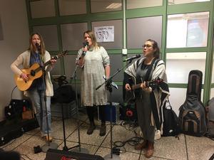 Coastline trio underhöll inne i Prismahuset.