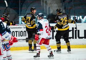 AIK:s Mathias From jublar med Oscar Nord efter 1–0. Foto: Simon Hastegård / Bildbyrån