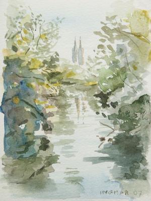 Akvarellmålning av Ingmar Ericson med Fyrisån som speglar omgivningen i förgrunden och Uppsalas domkyrka som syns och reflekteras i bakgrunden.