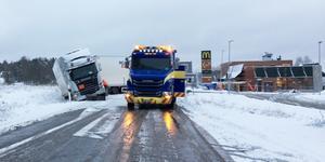En lastbil har vikt sig över vägen vid OKQ8 på Gamla Strängnäsvägen.