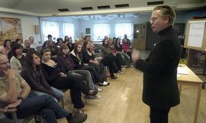 Blandat forum. Det fanns både tonåringar och föräldrar i publiken när Hans Arvidsson höll sin föreläsning om den bok han skrivit om relationen mellan en ensamstående pappa och hans tonårsdotter.