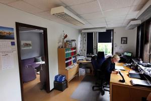 Barbro Göransson sitter och jobbar i kontoret, som är inrymt i en av Vägverkets före detta vägstationer.