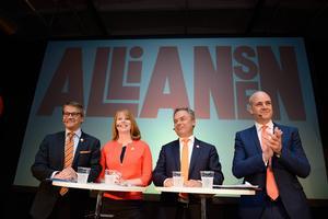 Socialdemokraterna är en garant för att Sverige inte hamnar i en blåbrun sörja där politiken får en sverigedemokratisk influens , skriver debattörerna.