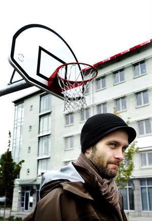Islänningen Hlynur Baeringsson i sin nya hemstad Sundsvall.  På fredag visar han upp sig för sin nya hemmapublik – då kommer Örebro på besök när basketsäsongen startar.