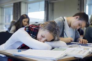 Det är ingen hemlighet att unga människor som saknar en fullständig gymnasieutbildning har svårt att etablera sig på arbetsmarknaden, skriver artikelförfattarna.