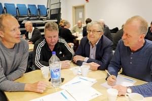Ett 30-tal personer deltog i Askersunds kommuns dialogmöte på onsdagskvällen om det ska byggas en ny idrottshall. Erik Gunnarsson från Skyllbergs IK föreslog för Per Eriksson, (S), att det skulle byggas en idrottshall vid Skyllbergsvallen.