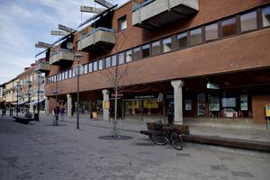 På Hyttagatan i Sandviken är det full trafik på dagarna, enligt signaturen
