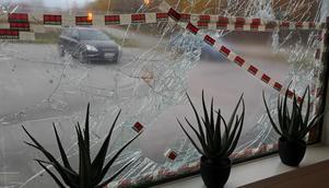 Gärningsmännen lämnade spår efter sig, bland annat blodspår som synas på glasskärvorna på det krossade fönstret.