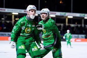 Hammarbys Adam Gilljam och Felix Nyman jublar efter 5–5-målet mot Villa som räddade tredjeplatsen i tabellen.  Bild: Erik Simander / TT