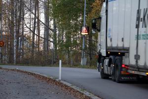 Den här bilen körde för fort på Bergsgatan och får en varning för det.