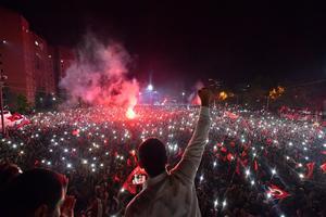 Oppositionskandidaten Ekrem Imamoglu gör segergest framför tusentals supportrar på Istanbuls gator.