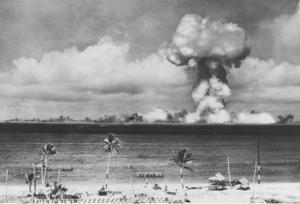 Bilden är ifrån en amerikansk provsprängning av ett kärnvapen i Stilla havet vid mitten av 1900-talet.