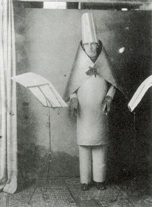 Dadaisten Hugo Ball framför ljuddikter på Cabaret Voltaire i Zürich 1916.Foto: Marcel Janco