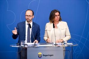 Infrastrukturminister Tomas Eneroth (S) och klimat- och vice statsminister Isabella Lövin (MP) presenterar regeringens nationella plan för infrastrukturen åren 2018–2029 under en pressträff i Rosenbad.