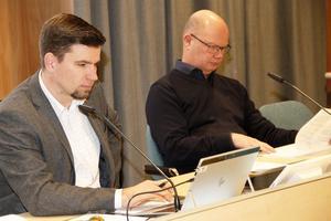 Kommunalrådet Markus Evensson, (S), och kommunchef Nicklas Bremefors tog sig an punkt för punkt på dagordningen.